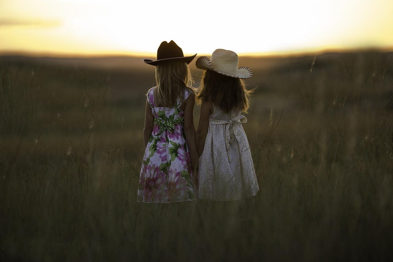 À ma petite soeur photo deux enfants face au crépuscule